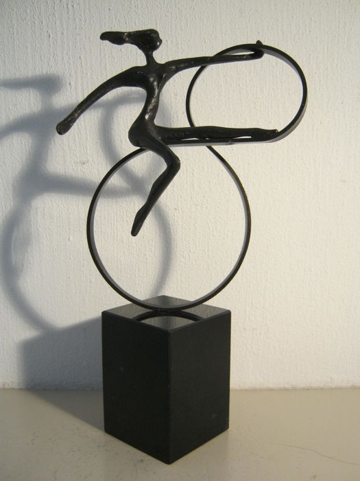"Corry Ammerlaan van Niekerk - elegant sculpture on marble plinth - ""Infinity"""