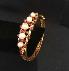 Bracelet with rubies approx. 2.5 ct and pearls - Akoya pearls, made of 585 / 14 kt gold - inner dimensions: approx. 5.7 x 5.2 cm.