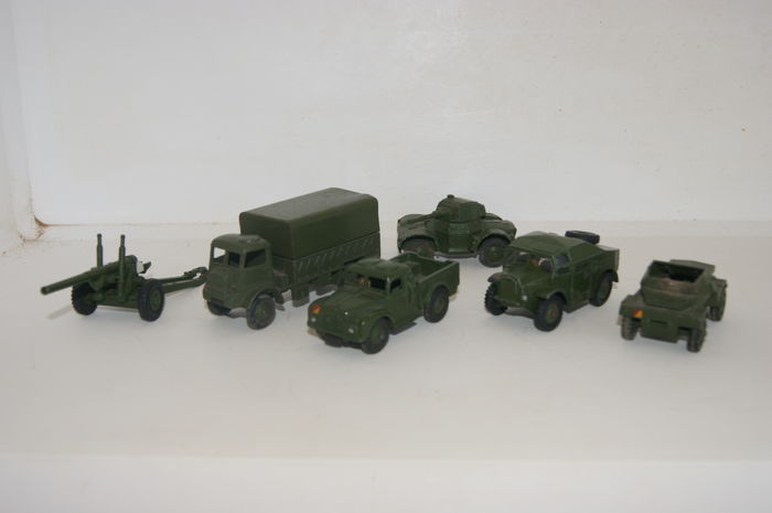 Dinky Toys - Schaal 1/43-1/48 - Army Covered Wagon no.623, British Army 5.5 Gun no.692, 1-Ton Army Truck no.641, Daimler Armoured Car no.670, Scout Car no.673 en Field Artillery Tractor no.688