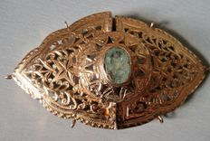 Rare hallmarked 18 kt gold belt buckle set with an emerald