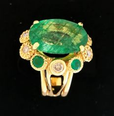 Ring with emeralds and brilliants totalling 7.30 ct. No reserve.