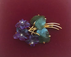 Bouquet brooch made from amethyst flowers with jade leaves and 3 diamonds approx. 0.06 ct, made 585 / 14 kt gold, circa 1950