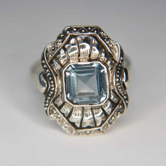 circa 1920/40 Ring set with light blue of an Aquamarine-coloured faceted natural spinel in very good condition.