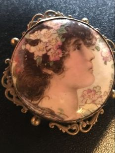 Lovely early Victorian painted cameo Brooch