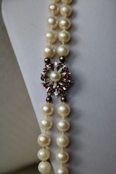 2-row pearl necklace with Japanese Akoya salt water pearls Ø 7,5-7,9 mm and a beautiful White gold buckle with natural Rubies circa 1 Ct.
