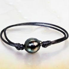 Fashion bracelet made of dark grey silk - Adjustable - Black baroque Tahitian pearl, Ø 12 x 13 mm