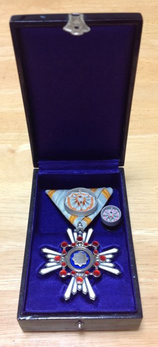 """Complete set of a """"Japanese 4th class Order of the Sacred Treasure Medal with box, rosette and lapel"""""""