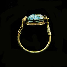Egyptian gold swivel ring with green glazed steatite scarab. -23mm