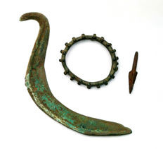 Collection of bronze objects: bronze amulet/pseudo money In the form of sun - 6x6 cm, bronze sickle - 18 cm and bronze arrowhead- 5 cm. (3x)