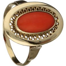 14 kt - yellow gold, openwork ring set with red coral - Ring size: 17.25 mm