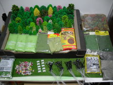 Scenery H0 - 362 piece lot of trees, lanterns, figures, and Iceland moss