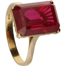 Yellow gold solitaire ring of 18 kt, set with synthetic ruby - ring size: 17.5 mm