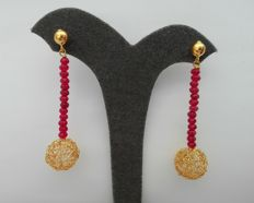 Hand-crafted gold sphere and ruby earrings 4.3g