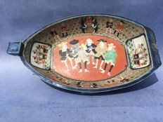 An Imari bowl with depictions of European merchants – Japan – approx. 1900