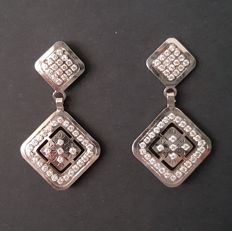 Long 18 kt white gold earrings with sapphires - Length: 26 mm - Like new