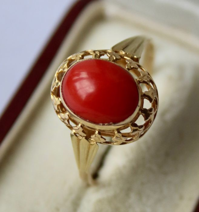 Vintage golden ring 585/ 14kt. with a natural red Coral approx. 2Ct. in decorated frame. Excellent state.