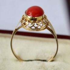 14Kt. gold vintage ring with a natural red Coral 9,2x6,6mm in nice fine print frame and in an excellent state