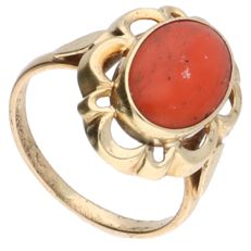 14 kt – Yellow gold openwork ring set with a cabochon cut precious coral – ring size: 15.5 mm