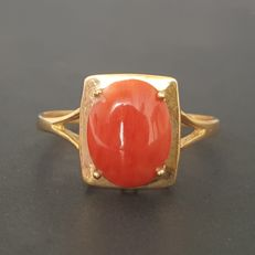 18 kt – Yellow gold rectangular ring with natural coral – Size: 17.8 mm, 16/56 (EU)