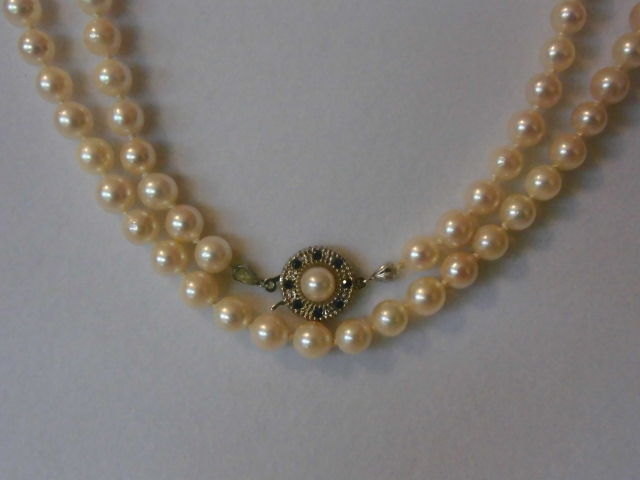 Akoya cultivated pearl necklace with a 585 white gold clasp with 8 sapphires.
