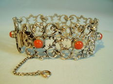 Antique silver filigree bracelet with real moro corall.