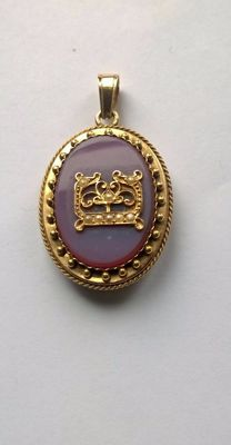 Locket in 18 kt yellow gold, with agate ornamented with E monogram ornamented with small pearls.