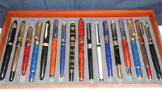A set of 17 fountain pens