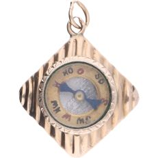 14k yellow gold pendant with an integrated compass - Length x Width: 27 mm x 20 mm