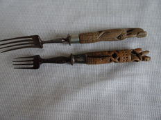 2 x forks with Dutch wooden carved heft, of which one with a lion and one with a bird - The Netherlands - 19th century
