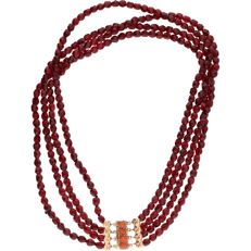 14 kt – Yellow gold necklace with four strands of glass garnets – length: 36.3 cm