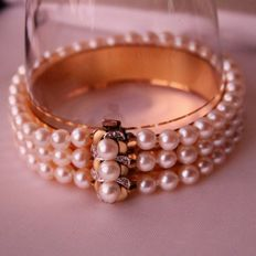 Bracelet with Japanese sea salt perfectly round Japanese Akoya pearls with very nice, silverish lustre and 14 kt gold clasp with 8/8 cut diamonds. Excellent condition