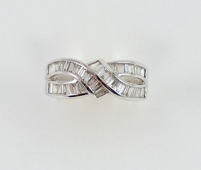 18 kt White gold ring with baguette cut diamonds Size 14
