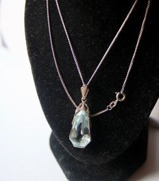 Ca. 1920 necklace with Art Deco handmade drop pendant and old silver chain with a large Aquamarine spinel approx. 20,4x11,6mm. in wonderful state.