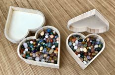 Hundreds of cut top quality gemstones with wooden heart boxes included - 3 kg