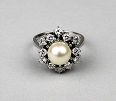 18Kt white Gold  ring with a sea/salty AAA quality Pearl of 8 mm and 12 diamonds for an approx. of 0,84ct - Top Wesselton/Flawless. - almost new / barely worn