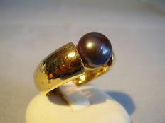 Elegant cocktail ring with large grey cultured pearl.