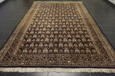 Magnificent hand-knotted Oriental carpet Buchara Jomut. 220 x 300 cm. Made in Pakistan, mid 20th century.