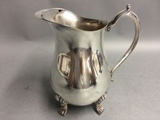 Silver plated water jug with stopper for ice cubes, on four claw feet, Leonard Plate, England, ca. 1945 STOPPER