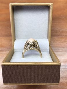 14k yellow gold ring 7.34 grams with a semi precious gemstone probably pink coral