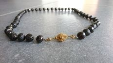 Antique garnet necklace with a gold spherical clasp from Zeeland.