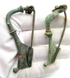 2 Ancient Roman bronze trumpet type brooches / fibulae - 76 - 79 mm (2)