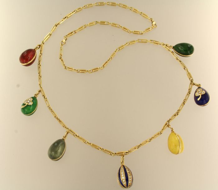18 kt Gold necklace with 7 gold enamel eggs, some set with brilliant cut diamonds, 0.75 ct, necklace length 60 cm