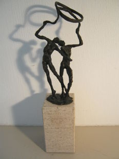Elegant sculpture on a stone plinth - signed - 26.5 cm high and 0.9 kg