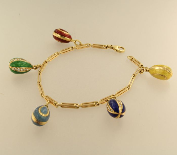 18 kt gold bracelet with five eggs made of gold and enamel, some of which are set with brilliant-cut diamonds of 0.80 ct, bracelet length: 20 cm