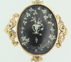 14 kt gold with silver mourning medallion/brooch, decorated with floral patterns