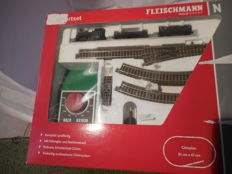 "Fleischmann N-933603-start-set locomotive ""Claudia"", 2 freight cars, transformer, track oval & opstellspoor"