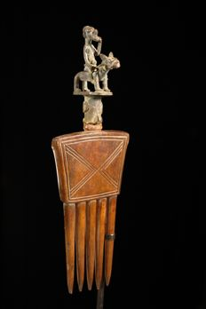 Wooden comb with a bronze figurine - BAULE - Ivory Coast