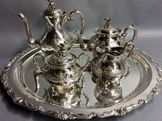 Very impressive silver plated tea- and coffee set on a round serving tray, John Turton, Sheffield, England, ca 1900
