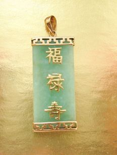 Vintage good luck Jadeite pendant with Chinese motif Sanuk style in 10K solid Gold setting, 1950's