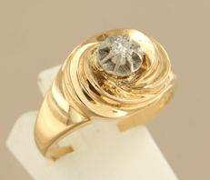 18 kt rose-gold ring, set with a bolshevik-cut diamonds on white-gold chaton